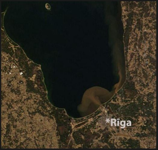 Daugavas un Gaujas palu ūdeņi Rīgas jūras līcī svētdienā, satelītattēls: pic.twitter.com/3H89DYAeAf